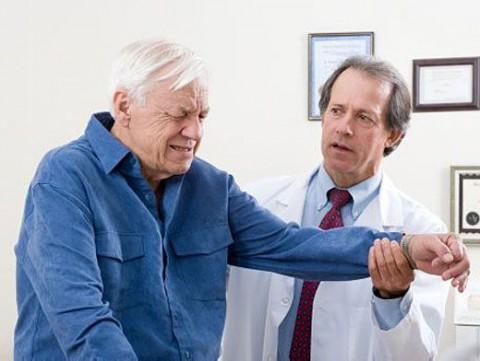 ортопед с пожилым человеком
