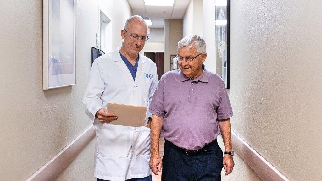 израильский врач диагностирует аденокарциному